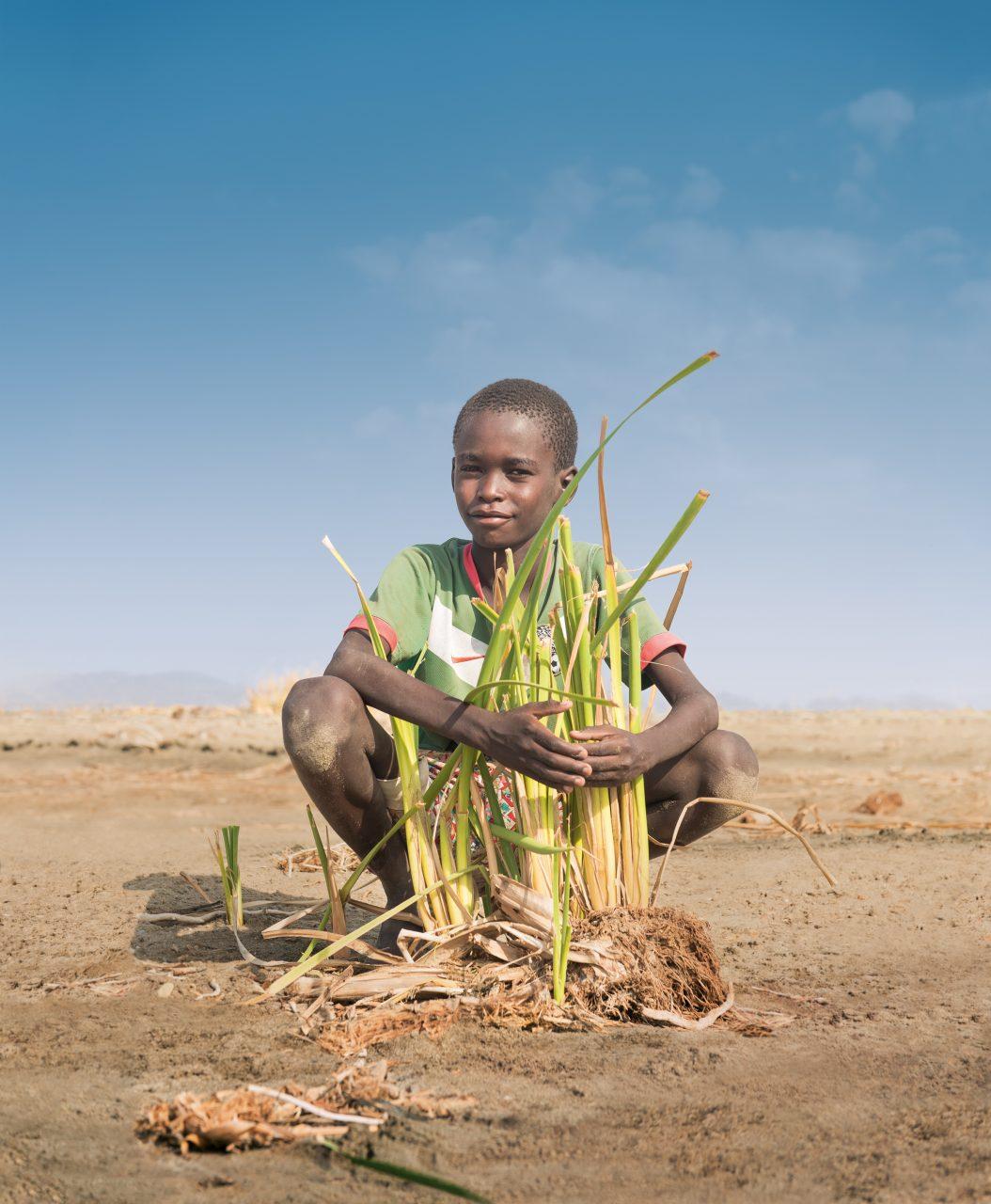 Plakatmotiv zur Aktion Dreikoenigssingen 2017: Fuer das Sternsinger-Plakat 2017 hat sich Pablo fotografieren lassen. Mit seinen Eltern und sechs Geschwistern lebt der Elfjaehrige am Turkanasee. Das Wasser im See wird von Jahr zu Jahr weniger und zunehmend salziger. Das beunruhigt Pablos Vater Simon sehr. Er ist Fischer, und der Turkanasee ist fuer ihn und seine Familie lebenswichtig.
