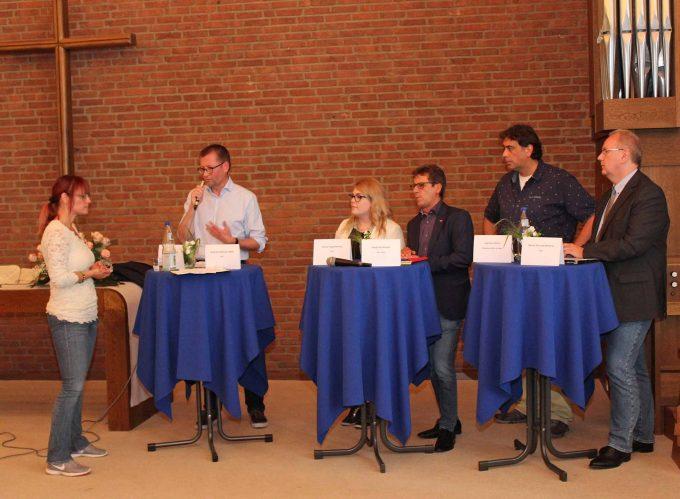Reagierten auf die Forderungen und Fragen zur Asylpolitik: (2. v. l.) Burkhard Blienert, MdB (SPD), Nicola Hagemeister (FDP), Siegfried Nowak (Linke), Hartmut Oster (Grüne), Bernd Schulze-Waltrup (CDU) und Moderatorin Sylvia Homann (l.). Foto: DPH/Oliver Claes