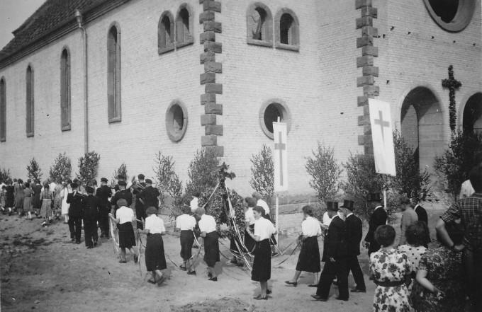Abb. 7: Beim Richtfest wird die Richtkrone dreimal um die Kirche getragen