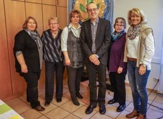 Der Vorstand der kfd mit Maria Koch und Klaus Pöppel