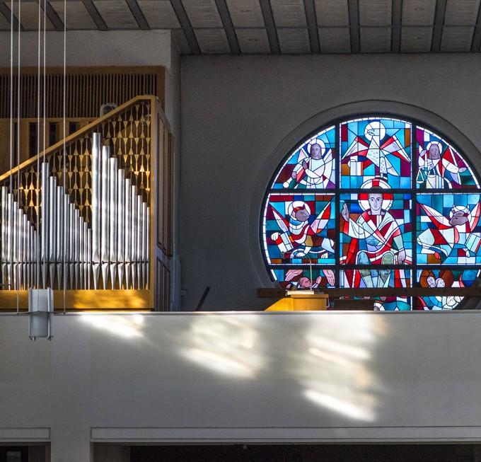 Kirche St. Joseph, Mastbruch, Orgelempore mit Rundfenster in der Westwand
