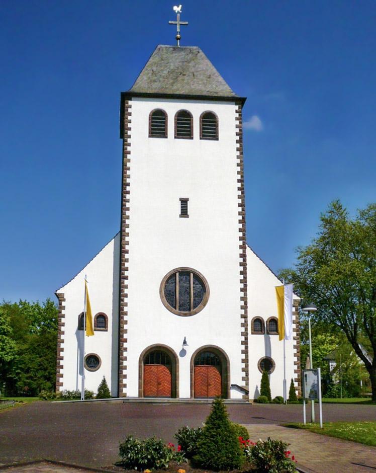 Turmfassade Von St. Marien, Sande Mit Festlicher Beflaggung